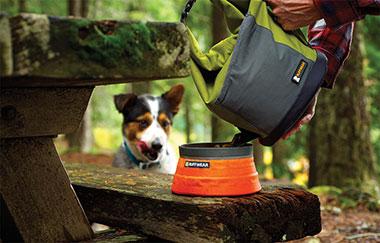 Ruffwear Kibble Kaddie hondenbrokken tas in gebruik